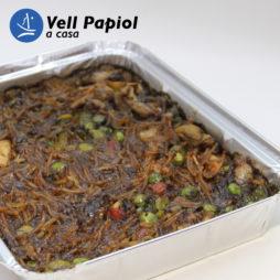 Fideus rossejats amb calamarsets i verdures